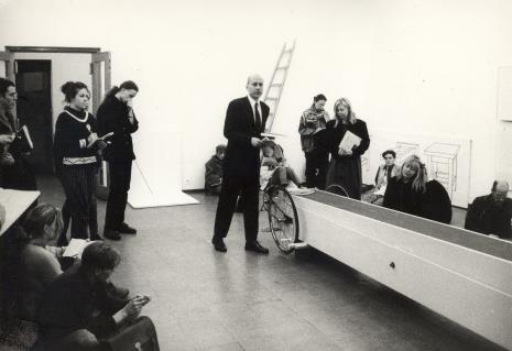 Dyr. Jaromir Jedliński (ms) prowadzi wykład, z prawej strony przy Pojeździe Krzysztofa Wodiczki - Maria Morzuch (Dział Sztuki Nowoczesnej)