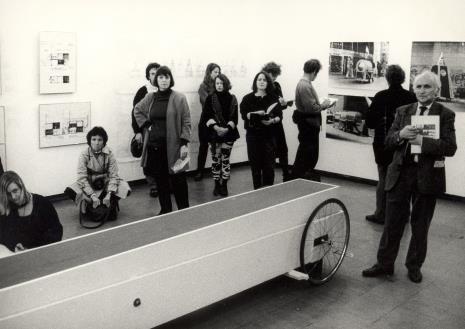 Uczestnicy spotkania na wystawie prac Krzysztofa Wodiczki, z prawej Richard Demarco
