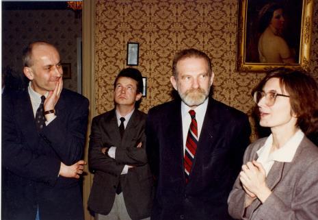 Dyr. Jaromir Jedliński (ms), x, prof. Bronisław Geremek, Joanna Bojarska (Dział Rysunku i Grafiki Nowoczesnej)