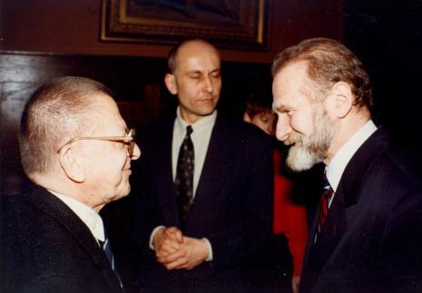 Od lewej Ryszard Stanisławski, dyr. Jaromir Jedliński (ms), prof. Bronisław Geremek