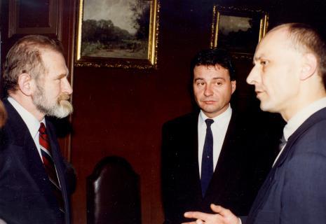 Od lewej prof. Bronisław Geremek, Marek Czekalski (prezydent Łodzi), dyr. Jaromir Jedliński (ms)