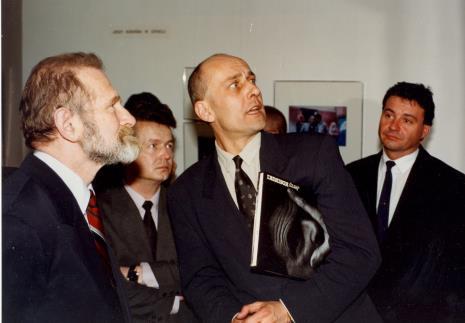 Od lewej prof. Bronisław Geremek, x, dyr. Jaromir Jedliński (ms), Marek Czekalski (prezydent Łodzi)
