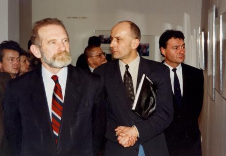 Od lewej x, prof. Bronisław Geremek, Ryszard Stanisławski, dyr. Jaromir Jedliński (ms), Marek Czekalski (prezydent Łodzi)