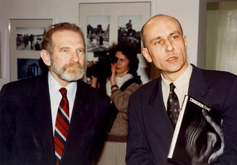 Prof. Bronisław Geremek i dyr. Jaromir Jedliński (ms), w głębi z kamerą Katarzyna Pawłowska-Horna (Dział Realizacji Wystaw i Wydawnictw)