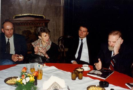 Od lewej dyr. Jaromir Jedliński (ms), posłanka Iwona Śledzińska-Katarasińska, Marek Czekalski (prezydent Łodzi), prof. Bronisław Geremek