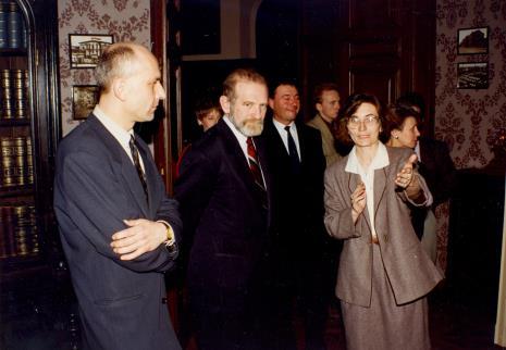 Na pierwszym planie od lewej dyr. Jaromir Jedliński (ms), prof. Bronisław Geremek, Joanna Bojarska (Dział Rysunku i Grafiki Nowoczesnej)