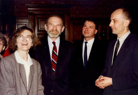 Od lewej Joanna Bojarska (Dział Rysunku i Grafiki Nowoczesnej), prof. Bronisław Geremek,  Marek Czekalski (prezydent Łodzi), dyr. Jaromir Jedliński (ms)