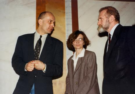 Dyr. Jaromir Jedliński (ms), Joanna Bojarska (Dział Rysunku i Grafiki Nowoczesnej), prof. Bronisław Geremek
