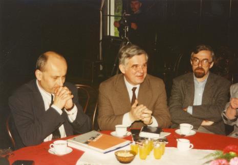 Od lewej dyr. Jaromir Jedliński (ms), dyr. Jacek Ojrzyński, K. Cyrek (Muzeum Archeologiczne i Etnograficzne w Łodzi)
