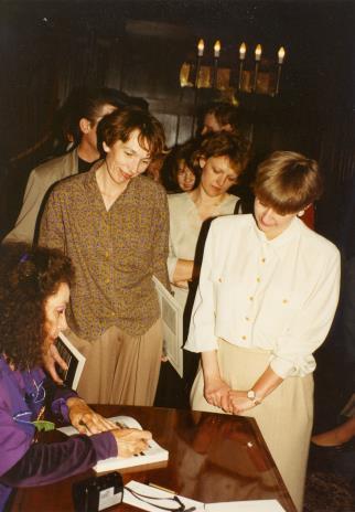 Isabelle Colin Dufresne - Ultra Violet (podpisuje książkę), z lewej Anna Saciuk-Gąsowska (Dział Sztuki Nowoczesnej), z prawej Katarzyna Jasińska (Dział Promocji)