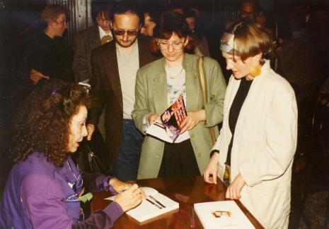 Isabelle Colin Dufresne - Ultra Violet podpisuje książkę Małgorzacie Mischke (wicedyrektor Muzeum Sztuki, późn. Gaduła-Zawratyńska)