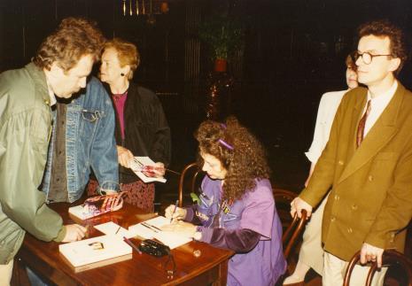Isabelle Colin Dufresne - Ultra Violet podpisująca książkę; z prawej Grzegorz Musiał (Galeria 86 w Łodzi)