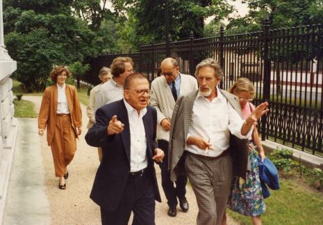 W ogrodzie Pałacu Herbsta, pierwsza z lewej Joanna Bojarska (Dział Rysunku i Grafiki Nowoczesnej), na pierwszym planie z lewej Ryszard Stanisławski