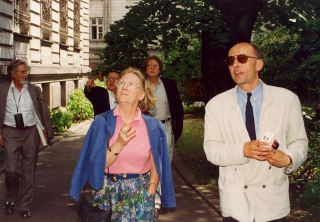 Z prawej dyr. Jaromir Jedliński (ms) oprowadza gości po terenie muzeum przy ul. Więckowskiego 36