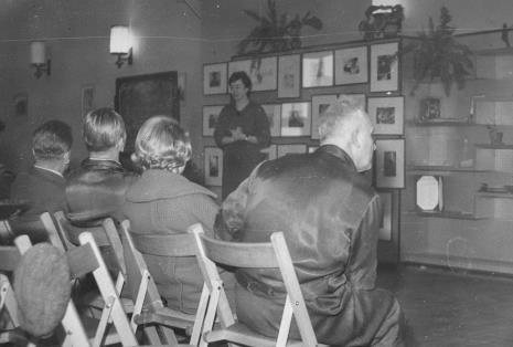 Janina Lupińska (późn. Ojrzyńska) podczas wykładu dla robotników Łódzkiej Fabryki Mebli