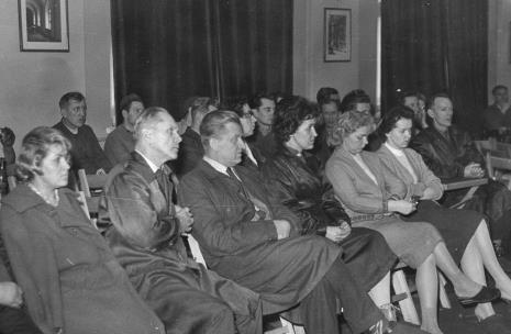 Robotnicy Łódzkiej Fabryki Mebli podczas wykładu i zwiedzania wystawy