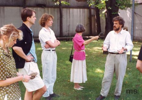 W ciemnej koszuli Dariusz Bugalski (Dział Naukowo - Oświatowy), z mikrofonem red. Krystyna Namysłowska (Polskie Radio), z prawej Wiesław Karolak