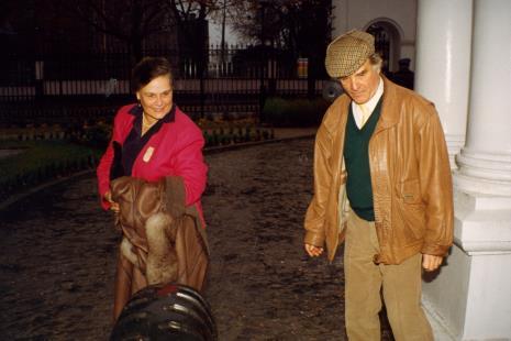 Państwo Visser przed wejściem do Muzeum Pałacu Herbsta