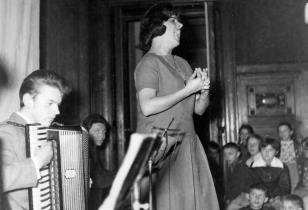 Koncert Tria Akordeonistów w sali odczytowej, śpiewa Tola Czajkowska