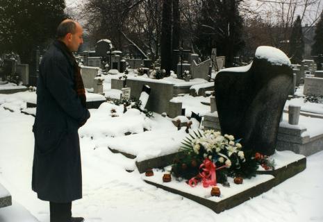 Dyr. Jaromir Jedliński składa kwiaty na grobie Władysława Strzemińskiego przy ul. Ogrodowej w Łodzi