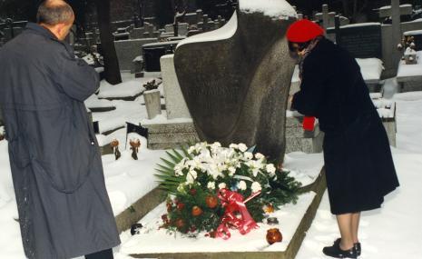 Dyr. Jaromir Jedliński (ms) i Urszula Czartoryska (Dział Fotografii i Technik Wizualnych) składają kwiaty na grobie Władysława Strzemińskiego na cmentarzu przy ul. Ogrodowej w Łodzi