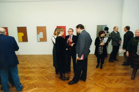 Pośrodku sali rozmawiają Olga Stanisławska (zasłonięta), Ryszard Stanisławski, prof. Jerzy Malinowski, obok red. Magda Olczyk (TVP), Janusz Zagrodzki (wicedyrektor Muzeum Narodowego w Warszawie), x, x