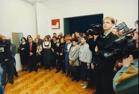 1.Od lewej Urszula Czartoryska, Ryszard Stanisławski, x, Ryszard Hunger (PWSSP), Olga Stanisławska, Teresa Koprowska (w okularach, Kancelaria ms), Aleksandra Misztal (Główna Księgowa), Małgorzata Wiktorko (Dział Naukowo - Oświatowy), Nika Strzemińska, Maria Sapkowa (bratanica Strzemińskiego), Ewa Sapka-Pawliczak; z kamerą drugi od prawej Dariusz Bugalski (Dział Naukowo – Oświatowy)