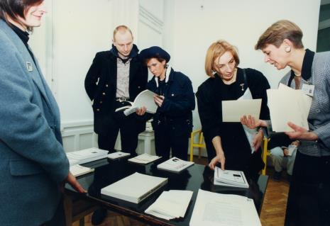 Od lewej x, Zbigniew Libera, Mariola Przyjemska, dr Tatiana Bielajewa (historyk sztuki z Moskwy), Katarzyna Jasińska (Dział Promocji)