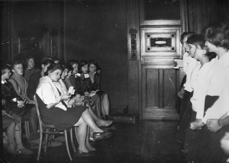 W pierwszym rzędzie członkinie jury, od lewej Teresa Kmiecińska-Kaczmarek (Dział Naukowo - Oświatowy), Regina Marquadt (Dział Realizacji Wystaw i Wydawnictw), Anna Kotynia (Dział Naukowo - Oświatowy)