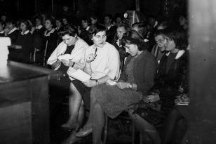 W pierwszym rzędzie członkinie jury z Działu Naukowo - Oświatowego, od lewej Teresa Kmiecińska-Kaczmarek, Romana Marquadt (Dział Realizacji Wystaw i wydawnictw), Anna Kotynia