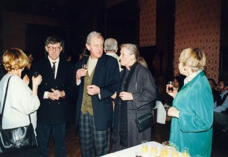 Poczęstunek w sali odczytowej ms, od lewej x, Andrzej Wełmiński (Teatr Cricot 2 w Krakowie), Zbigniew Gostomski, Barbara Gostomska, Janina Ładnowska (Dział Sztuki Nowoczesnej)
