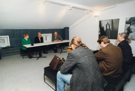 Za stołem siedzą Janina Ładnowska (Dział Sztuki Nowoczesnej), dyr. Jaromir Jedliński (ms), dyr. Jaromir Jedliński (ms)