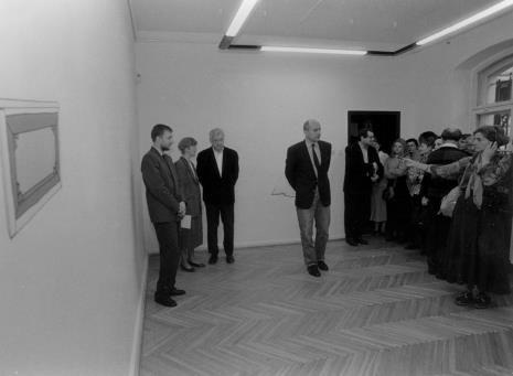 Od lewej komisarz wystawy Artur Zaguła (Dział Rysunku i Grafiki Nowoczesnej), A. Grochulska (tłumaczka), Michael Craig-Martin, dyr. Jaromir Jedliński (ms), z mikrofonem red. Krystyna Namysłowska (Polskie Radio)