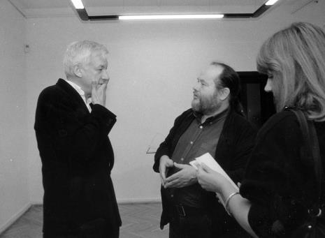 Michael Craig-Martin w rozmowie z Antonim Mikołajczykiem, z prawej red. Beata Ostojska (Dziennik Łódzki)