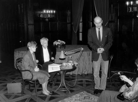 Od lewej Agnieszka Grochulska (tłumaczka), Michael Craig-Martin, dyr. Jaromir Jedliński (ms)