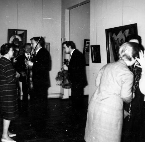 Od prawej x, Jerzy Bauer (kompozytor), Kazimierz Przybylski (kompozytor) w rozmowie z członkami Łódzkiego Kwartetu Smyczkowego