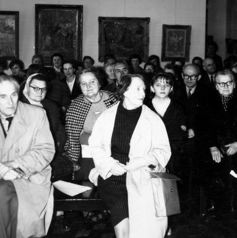Nagrody wręcza Janina Lupińska (późn. Ojrzyńska) z Działu Naukowo - Oświatowego