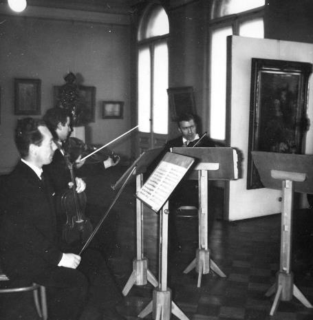 Członkowie zespołu Orkiestry Kameralnej 'Pro musica'
