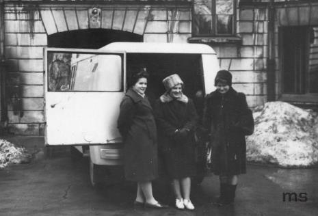Od lewej Genowefa Okulicz, Hanna Miecznikowska, Teresa Kmiecińska-Kaczmarek z Działu Naukowo - Oświatowego na dziedzińcu ms przed wyjazdem w teren z wystawami i odczytami oświatowymi