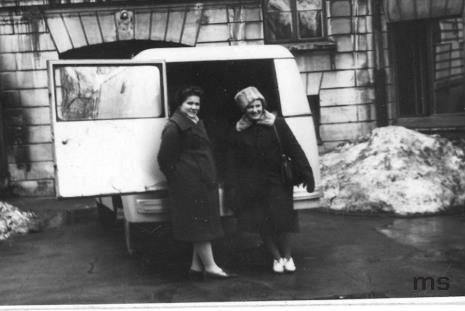 Genowefa Okulicz i Hanna Miecznikowska z Działu Naukowo - Oświatowego na dziedzińcu ms przed wyjazdem w teren z wystawami i odczytami oświatowym