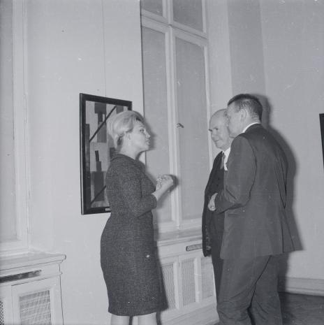 Od lewej kustosz Anna Łabęcka (Dział Sztuki Nowoczesnej), lord Mayor Nottingham i red. Jerzy Urbankiewicz (Dziennik Łódzki)