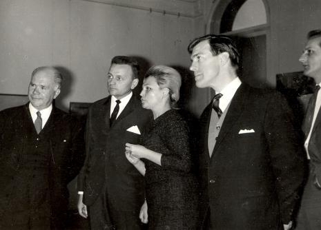 Od lewej Lodrd Mayor Nottingham, red. Jerzy Urbankiewicz (Dziennik Łózdzki), kustosz Maria Łabędzka (Dział Sztuki Nowoczesnej), sekretarz Ambasady Wielkiej Brytanii w Polsce, x
