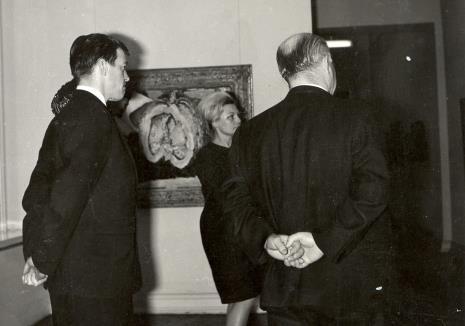 Od lewej sekretarz Ambasady Wielkiej Brytanii w Polsce, kustosz Maria Łabęcka (Dział Sztuki Nowoczesnej), lord Mayor Nottingham (tyłem)