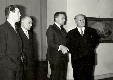 Od lewej Sekretarz Ambasady Wielkiej Brytanii, kustosz Marian Bohdziewicz (kierownik Działu Malarstwa Polskiego), red. Jerzy Urbankiewicz (Dziennik Łódzki), lord Mayor Nottingham