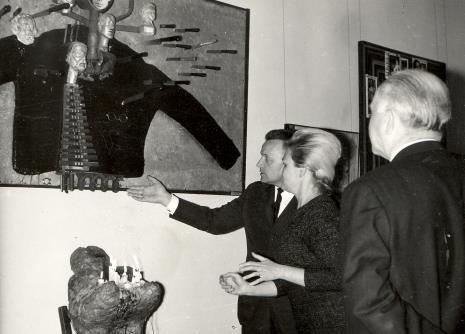 Od lewej red. Jerzy Urbankiewicz (Dziennik Łódzki), kustosz Anna Łabęcka (Dział Sztuki Nowoczesnej), lord Mayor Nottingham przed obrazem Władysława Hasiora