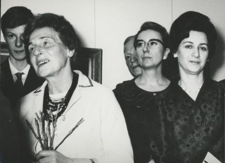 Z kwiatami Maria Hiller, siostra artysty. Z prawej Daniela Makulska (rodzina artysty)