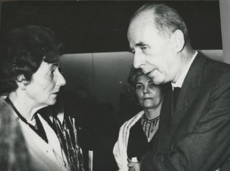 Siostra artysty Maria Hiller w rozmowie z Zenonem Kliszko (KC PZPR, dawny uczeń K. Hillera)