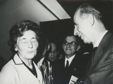 Na pierwszym planie Siostra artysty Maria Hiller w rozmowie z Zenonem Kliszko (KC PZPR, uczeń K. Hillera)