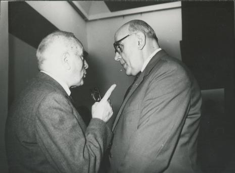 Z prawej dyr. Tadeusz Roman (BWA w Łodzi)
