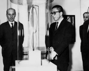 Zenon Kliszko i dyr. Ryszard Stanisławski przy rzeźbie Katarzyny Kobro